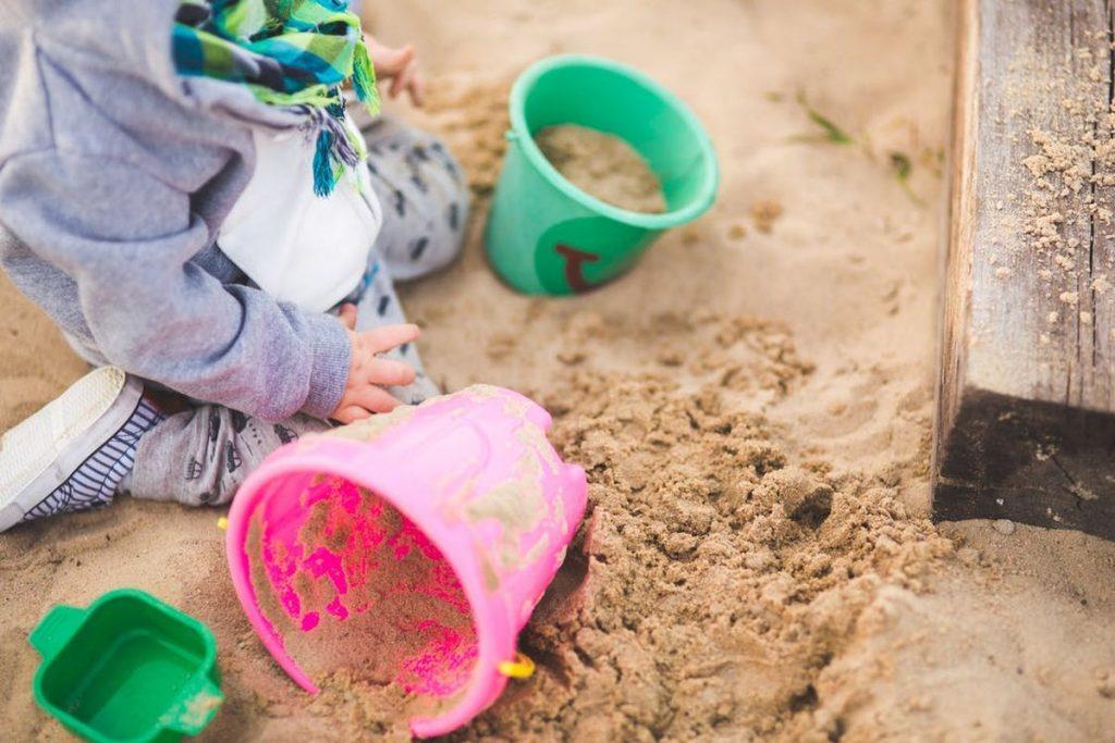 Kinderbetreuung draußen spielen